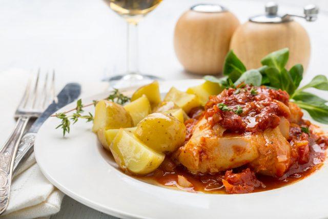 Receta de bacalao con tomate y patatas