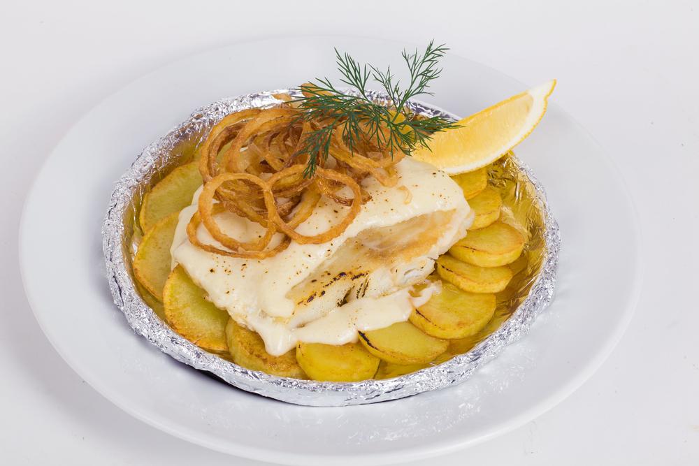 Receta de merluza al horno con patatas - Cocinar merluza al horno ...