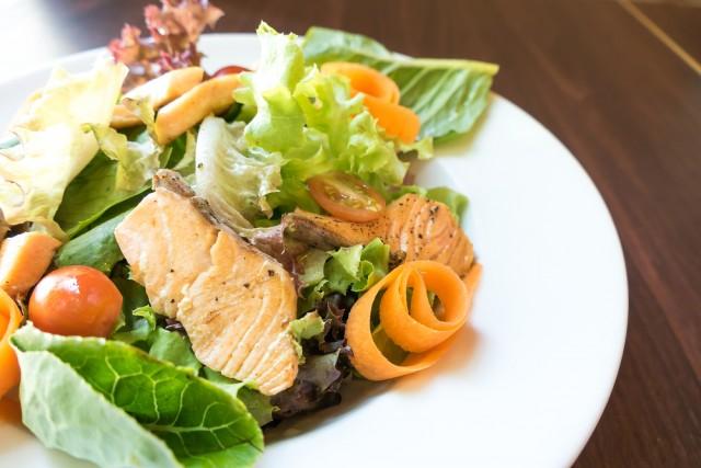Receta de ensalada césar con salmón