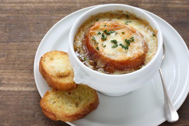 Receta de sopa de cebolla gratinada al horno