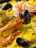 Receta de paella de marisco con guisantes