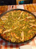Paella de marisco con guisantes