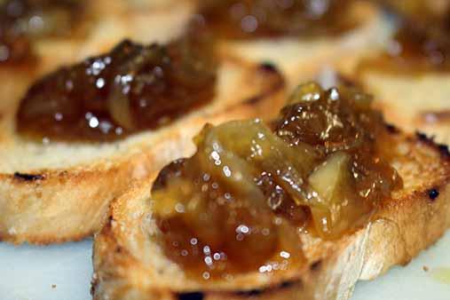 Receta de tostada con cebolla caramelizada for Canape de pate con cebolla caramelizada