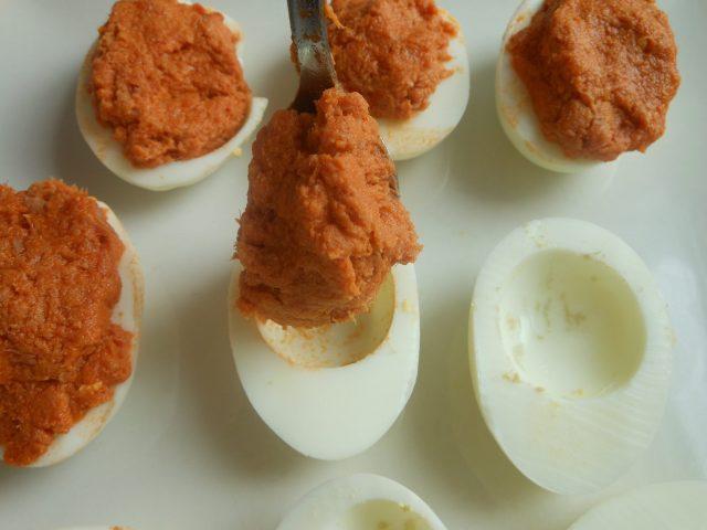 Receta de huevos rellenos con tomate