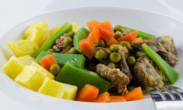 Receta de menestra de verduras con patatas fritas