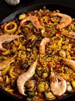 Receta de paella de marisco con calamares y berberechos