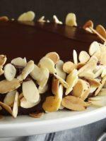 Bizcocho de chocolate con almendras