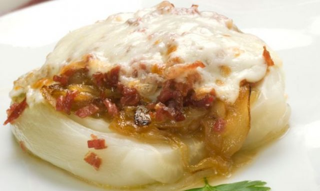 Receta de cebolla caramelizada con queso de cabra y tomate