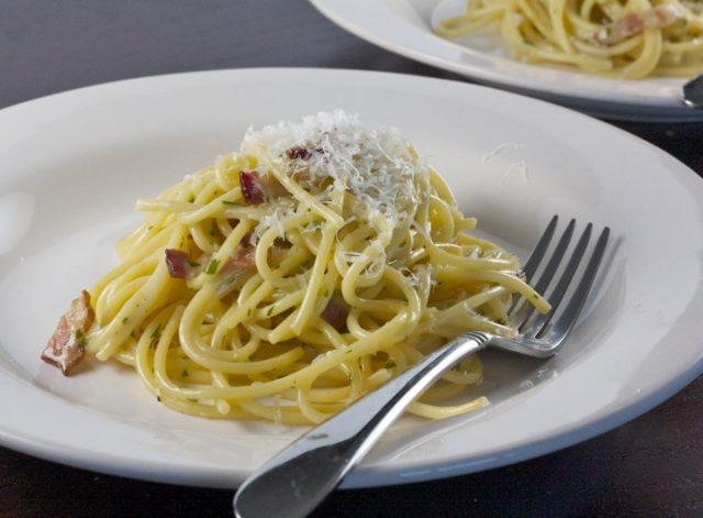 Receta de espaguetis a la carbonara con nata