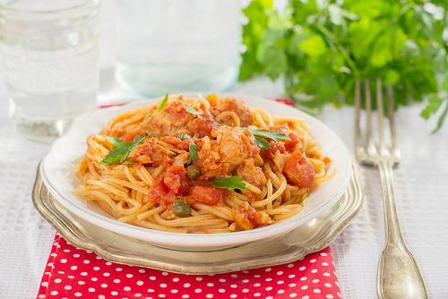Receta de espaguetis con nata y at n - Espagueti con gambas y nata ...