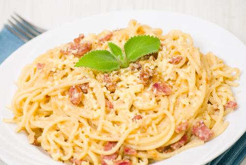 Receta de espaguetis con nata y beicon