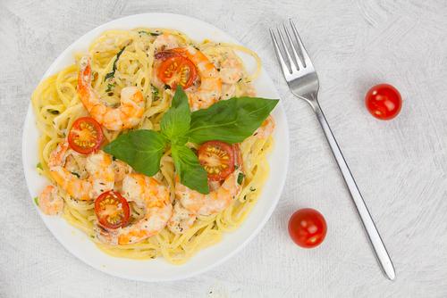 Receta de espaguetis con nata y gambas