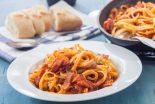 espaguetis con tomate y bacon