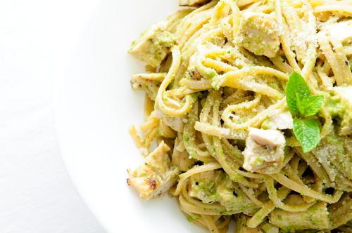 Receta de espaguetis al pesto con pollo