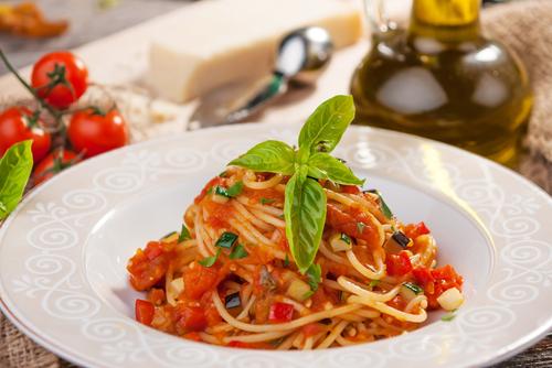 Receta de espaguetis con verduras y tomate