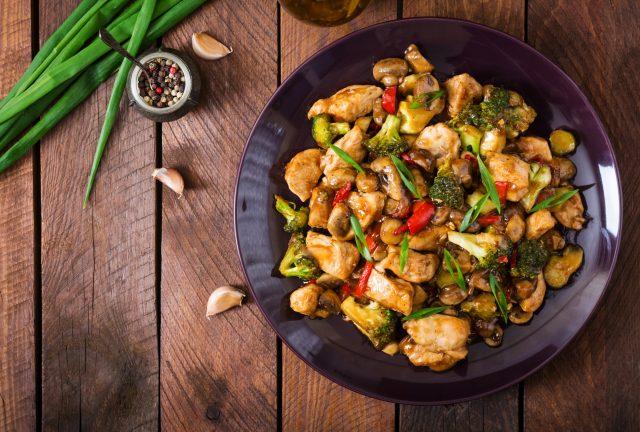 Receta de pollo en salsa con verduras
