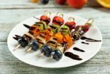 brochetas de fruta con chocolate