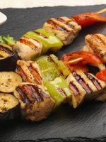 Receta de brochetas de pollo con verduras