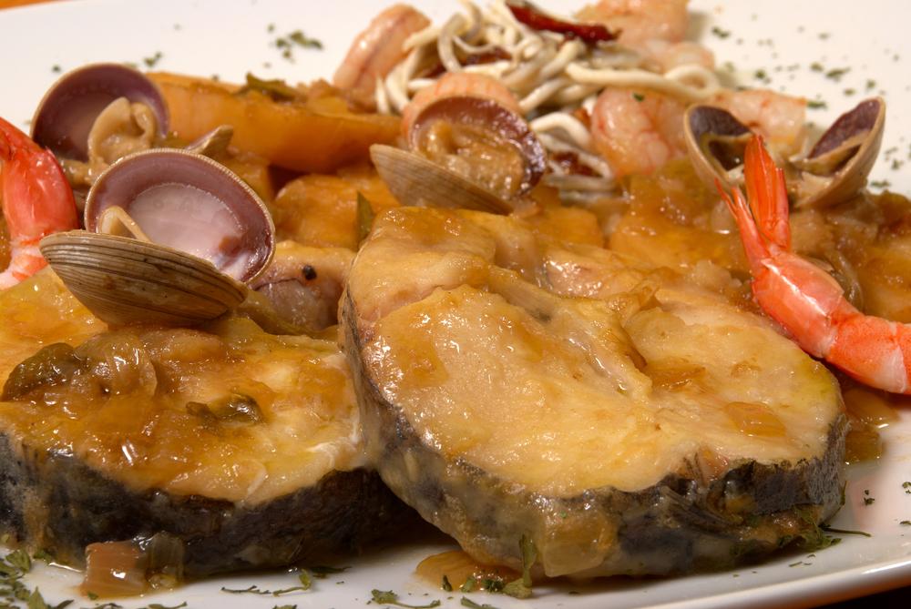 Receta de merluza a la gallega con almejas for Hacer salsa marinera