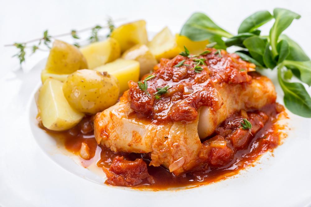 Receta de merluza en salsa de tomate con mejillones - Cocinar merluza en salsa ...