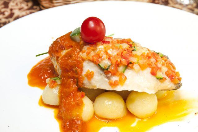 Receta de merluza en salsa de tomate y almejas
