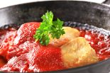 merluza en salsa de tomate y guisantes