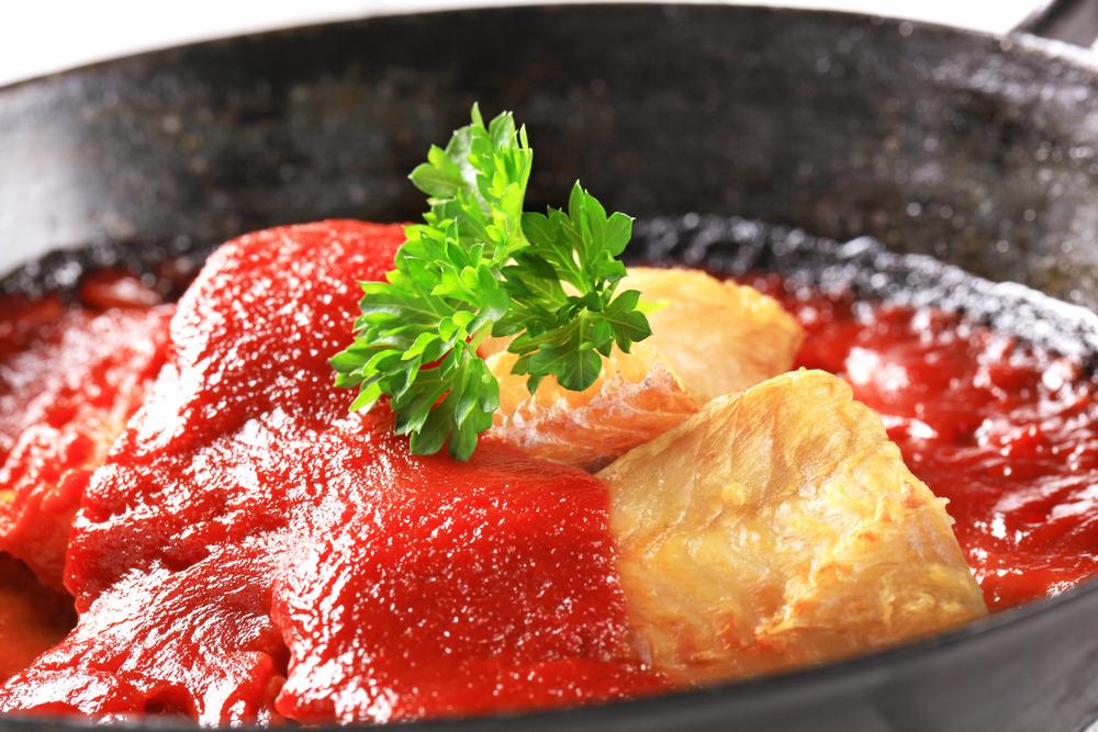 Receta de merluza en salsa de tomate y guisantes - Cocinar merluza en salsa ...