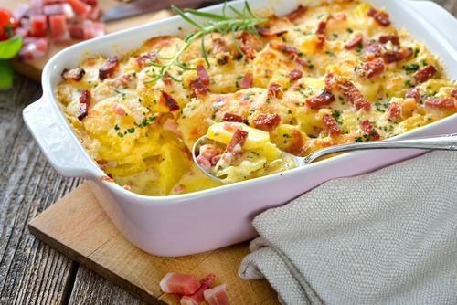Receta de patatas al horno gratinadas con queso y bacon