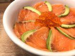 salmón marinado con aguacate