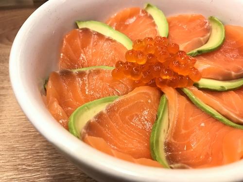Receta de salmón marinado con aguacate