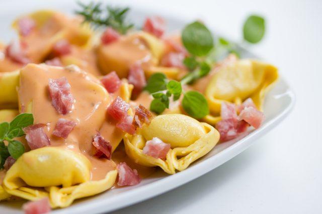 Receta de tortellini con nata y bacon