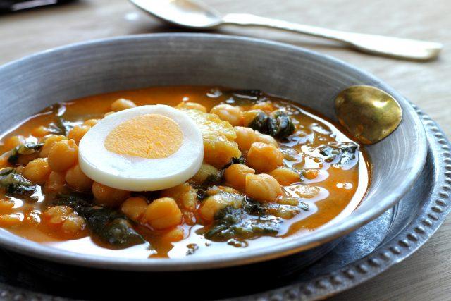 Receta de garbanzos estofados con huevo duro