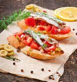 canapés de anchoas y tomate
