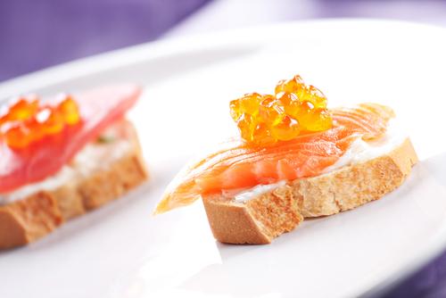 Receta de canapés de salmón ahumado y caviar