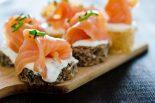 canapes de salmón ahumado y queso