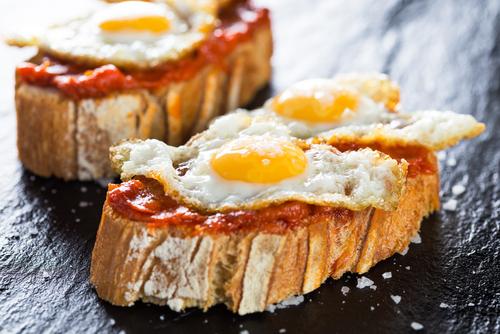 Receta de canapés de sobrasada y huevos de codorniz