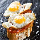 montaditos de jamón y huevos de codorniz