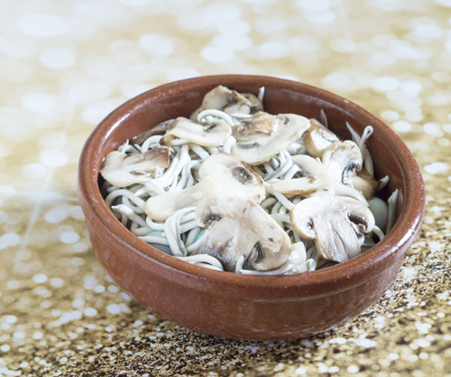 Receta de gulas al ajillo con champiñones