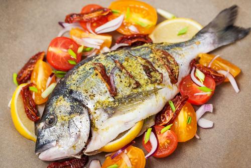 Receta de besugo al horno con patatas, cebolla y tomate