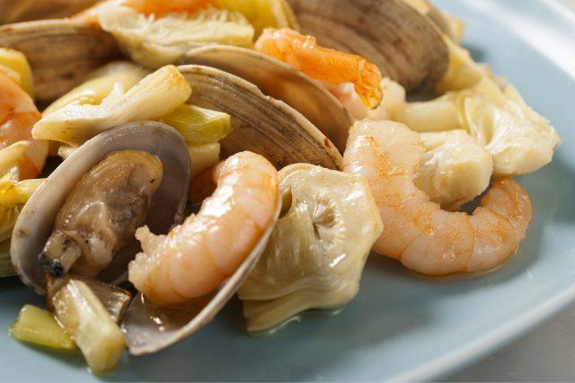 Receta de alcachofas con almejas y almendras