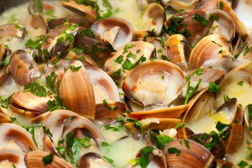 Receta de alubias con almejas en salsa verde