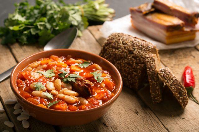 Receta de alubias con verduras y carne