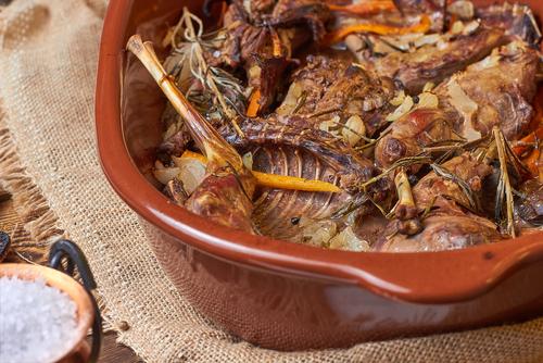 Receta de conejo al horno con alcachofas