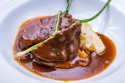 Receta de carrilleras de ternera en salsa con patatas