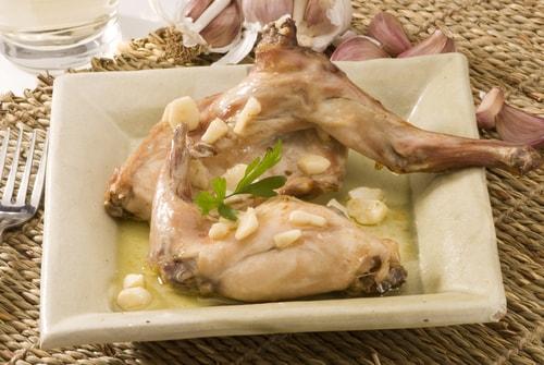 Receta de conejo al ajillo con vino blanco