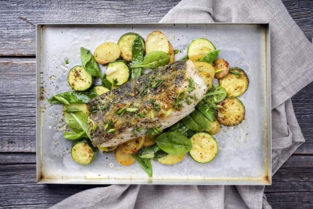 Receta de mero al horno con patatas y verduras